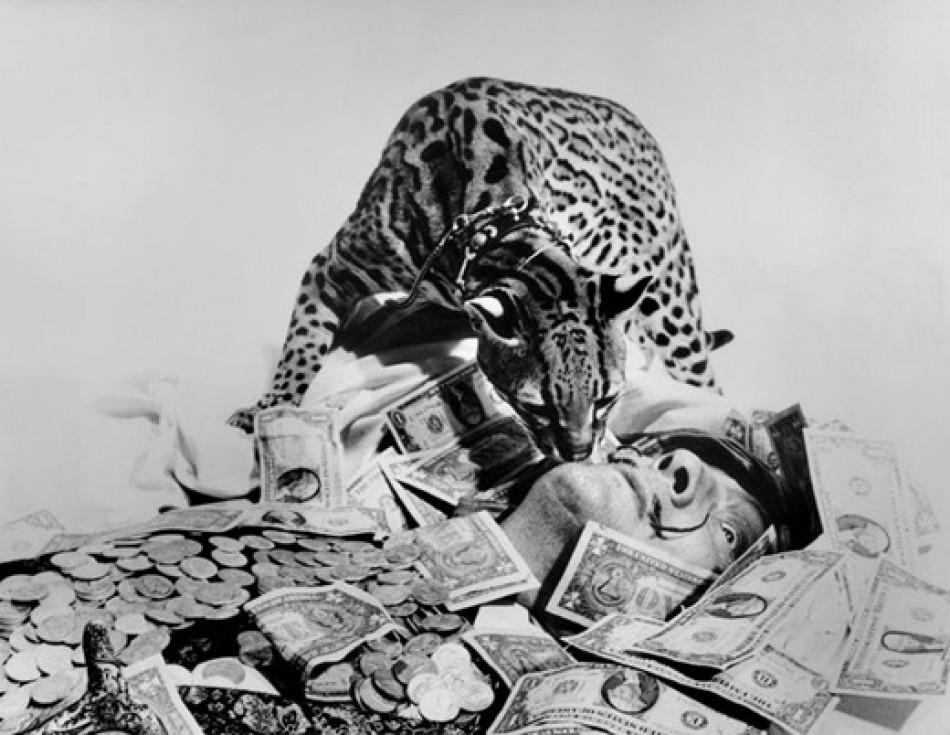 Babou acicalando el bigote de Dalí