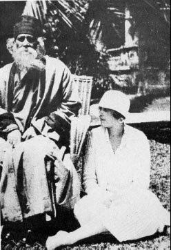 Rabindranath Tagore y Victoria Ocampo: ella se sentaba a sus rodillas cual discípula escuchando atenta a su maestro.